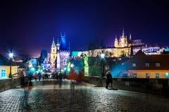 Городской пейзаж Праги с средневековыми башнями и красочными зданиями Стоковые Изображения