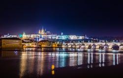 Городской пейзаж Праги с средневековыми башнями и красочными зданиями Стоковое фото RF