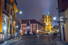 Городской пейзаж рождества - взгляд вечера памятника St. John Nepomuk и собора St. John баптист, расположенного в Стоковые Фотографии RF