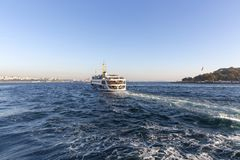Городской пейзаж Стамбула в дневном свете принятом от парома Турции стоковые изображения rf