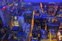 Городской пейзаж сумерек зимы Чикаго стоковые изображения