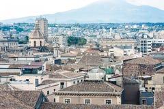 Городской пейзаж с горой Этна, действующий вулкан Катании воздушный на восточном побережье Сицилии, Италии стоковые изображения