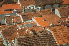 Городской пейзаж с много крыш стоковые фотографии rf