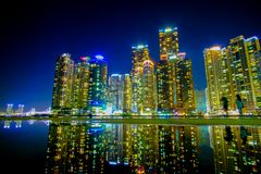 Городской пейзаж с отражением на пляже Haeundae в Южной Корее Пусана стоковое изображение rf