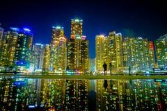 Городской пейзаж с отражением на пляже Haeundae в Южной Корее Пусана стоковое фото