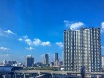Городской пейзаж с предпосылкой голубого неба стоковые изображения rf