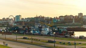 Городской пейзаж с рекой летом на заходе солнца r сток-видео