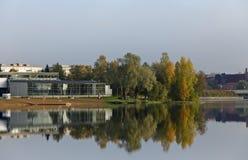 Городской пейзаж с спокойной поверхностью озера стоковые изображения rf