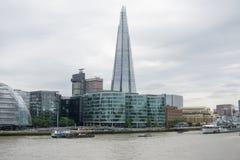 Городской пейзаж через реку Темзу в Лондоне, черепке, и здание муниципалитете стоковые изображения rf