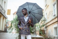 Городской портрет красивого Афро-американского положения бизнесмена стоковые изображения rf