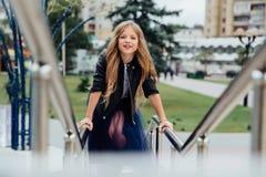 Городской портрет моды девочка-подростка в улице на перилах на лестницах Стоковое Изображение