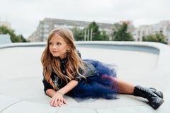 Городской портрет моды девочка-подростка в улице на перилах на лестницах Стоковые Фото
