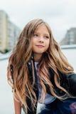 Городской портрет моды девочка-подростка в улице на перилах на лестницах Стоковые Изображения