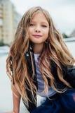 Городской портрет моды девочка-подростка в улице на перилах на лестницах Стоковое Изображение RF