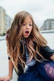 Городской портрет моды девочка-подростка в улице на перилах на лестницах Стоковые Изображения RF