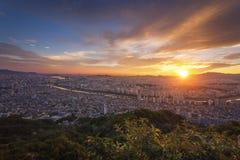 Городской Сеул в красивом заходе солнца с башней и Skyscra Сеула Стоковые Изображения RF