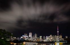 ГОРОДСКОЙ ТОРОНТО, ДАЛЬШЕ, КАНАДА - 23-ЬЕ ИЮЛЯ 2017: Городской горизонт города Торонто на ноче как осмотрено от Чайна-тауна стоковое изображение rf