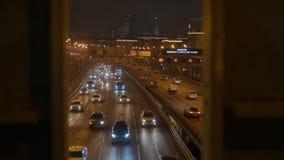 Городской транспорт Автомобили управляют под мостом акции видеоматериалы