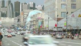 Городской транспорт мегаполиса, автомобили управляет промежутком времени, городским горизонтом сток-видео
