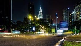 Городской транспорт ночи 4K промежуток времени, ноча Пропускать плотного движения с запачканным движением сумрак сток-видео