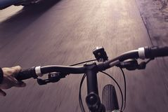 Городской фотоснимок pov велосипедиста стоковые изображения