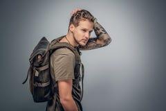 Городской backpacker стиля на серой предпосылке виньетки Стоковое Фото