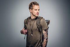 Городской backpacker стиля на серой предпосылке виньетки Стоковые Изображения