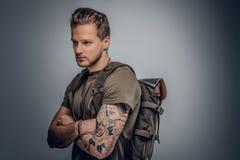 Городской backpacker стиля на серой предпосылке виньетки Стоковое Изображение