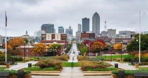 Городской Des Moines осмотренный от Айовы заявляет капитолий стоковая фотография