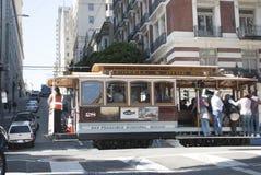 городской francisco san Фуникулер в конце движения вверх Небоскребы, автомобили, идти людей стоковые изображения