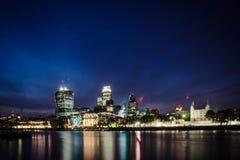 Город/Англия Лондона: Горизонт города в сумерках около моста башни стоковая фотография