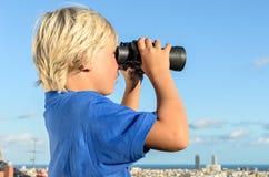 Город белокурого мальчика обозревая стоковые фото