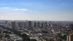 Город - бульвар и здание в городе Ribeirao Preto - Сан-Паулу - Бразилия Стоковое Изображение RF