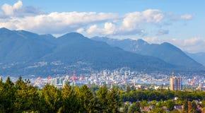 Город Ванкувера и северные горы берега Стоковая Фотография RF