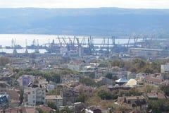 Город Варны, Болгарии, увиденной сверху Воздушное фото с Чёрным морем позади Стоковые Фото
