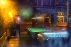 Город вечера в отражении витрины кафа стоковая фотография