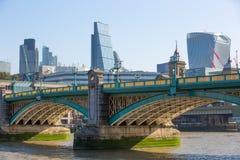 Город взгляда Лондона от реки Темзы, здания рации и современных небоскребов london Великобритания Стоковые Фотографии RF