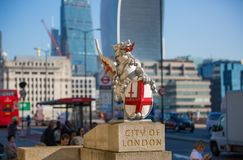 Город взгляда Лондона от реки Темзы, здания рации и современных небоскребов london Великобритания Стоковое Фото
