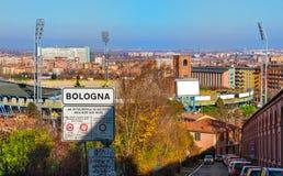 Город взгляда панорамы знака улицы болонья воздушный вверх по арке Colli Bolognesi святилища San Luca холма стоковые изображения rf