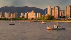 Город взморья при современные здания, шлюпка и корабль плавая в океан сток-видео