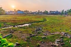 Город вполне ухудшения и загрязнения которое причинено людьми стоковое фото rf