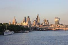 Город горизонта Лондона с рекой Темзой Стоковые Фотографии RF