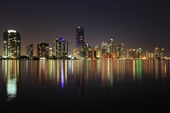 Город горизонта Майами отразил в заливе Biscayne на ноче стоковое изображение
