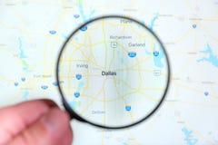 Город Даллас, Техаса на экране дисплея через лупу стоковые фото