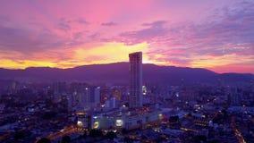 Город Джорджтауна на острове Penang, Малайзии, на розовом заходе солнца вид с воздуха акции видеоматериалы