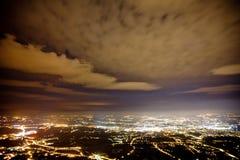 Город Женевы на ноче Швейцария, архитектура, швейцарские citylights, ориентир ориентир, ландшафт, облачное небо, городское, гориз стоковое изображение