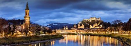 Город Зальцбурга в австрийских Альпах с рекой Salzach и Festung Hohensalzburg Стоковые Изображения