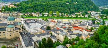 Город Зальцбурга от высокой точки зрения в форте и castl Зальцбурга Стоковые Изображения