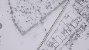 Город зимы, воздушная камера, камера летает над покрытым снег городом в России сток-видео