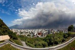 город золы извергает sakurajima kagoshima падений стоковые фото